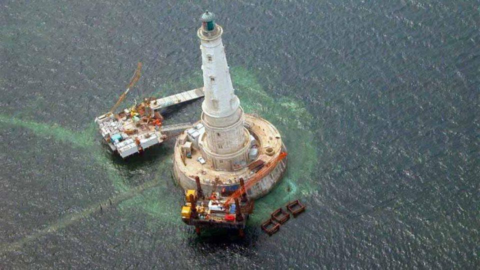 Le phare de Cordouan, phare en pierre blanche de Saintonge mesure 67,5 mètres de haut pour un diamètre à la base de 16 mètres. Il comporte six étages et dispose au total de 311 marches.