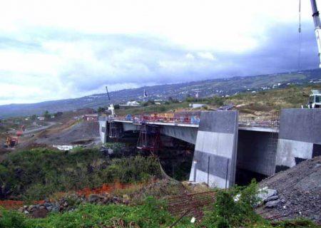 La route des Tamarins relie les communes de Saint-Paul à l'Etang-Salé et longe les pentes des Hauts de l'Ouest à la Réunion.